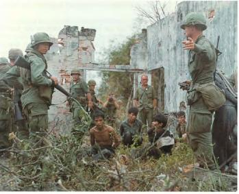 cedar-falls-members-of-the-173rd-guard-vc-prisonners-near-rach-bap